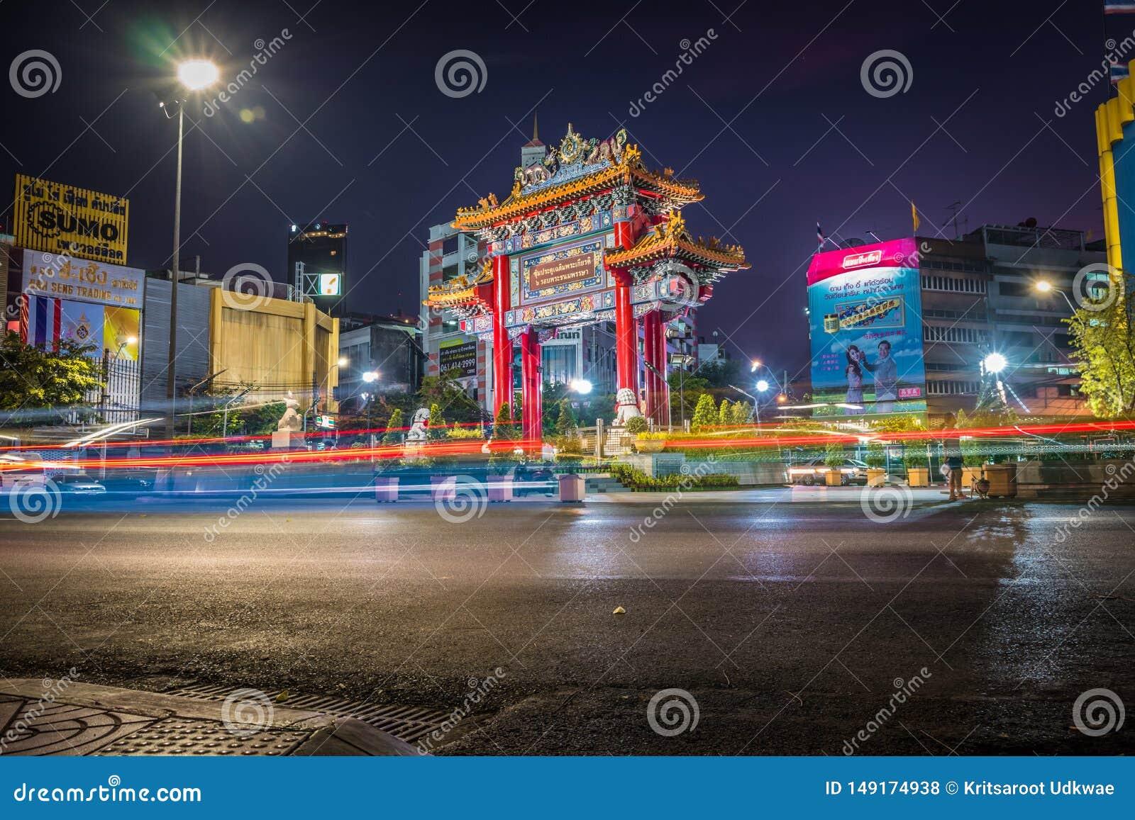 A porta do bairro chin?s na estrada de Yaowarat na noite