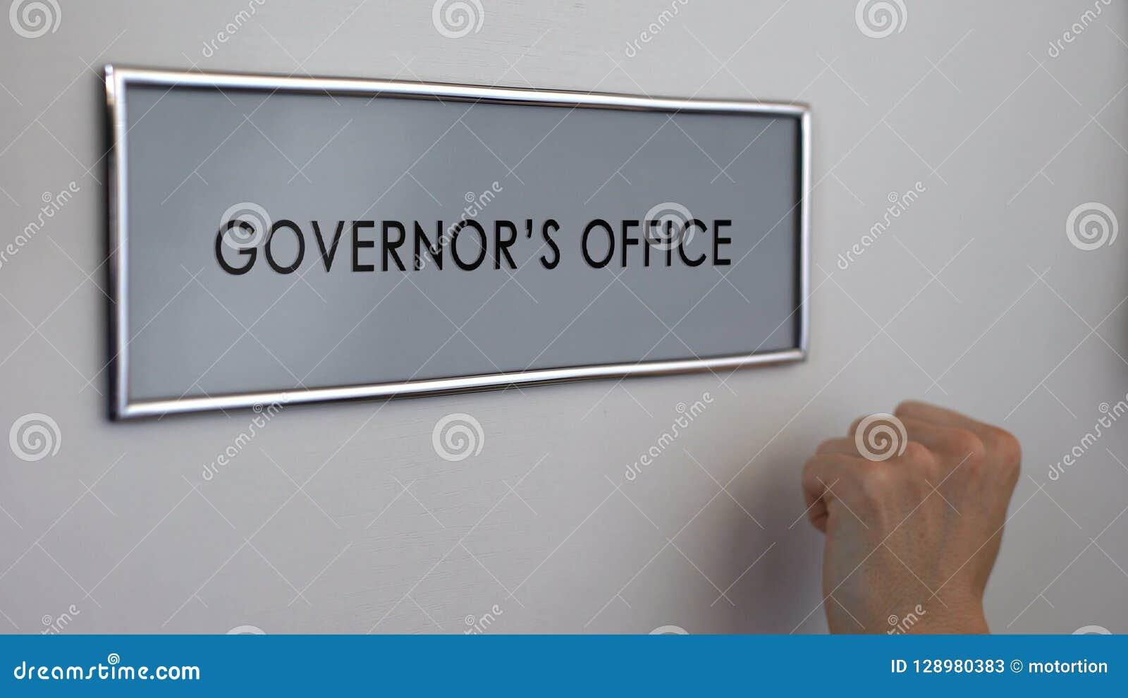 Porta do escritório do regulador, mão que bate o close up, visita ao administrador público, autoridade