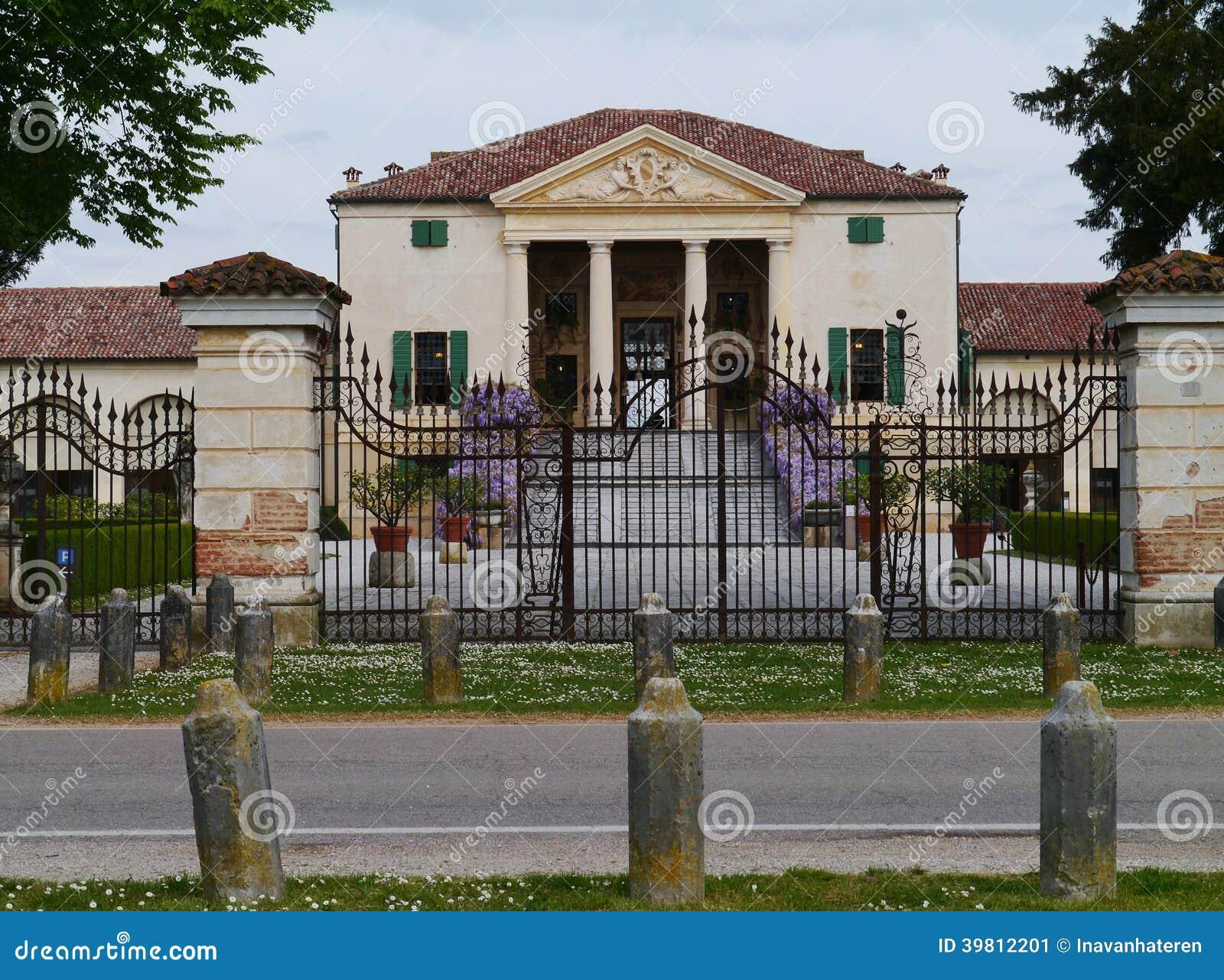 A porta do ferro na frente da casa de campo de emo foto de for Frentes de casas de campo