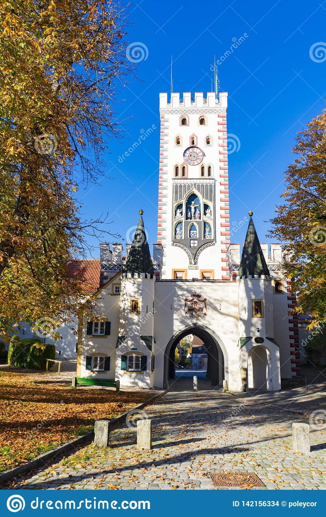 Porta e árvores bávaras em cores do outono, Landsberg am Lech, Alemanha