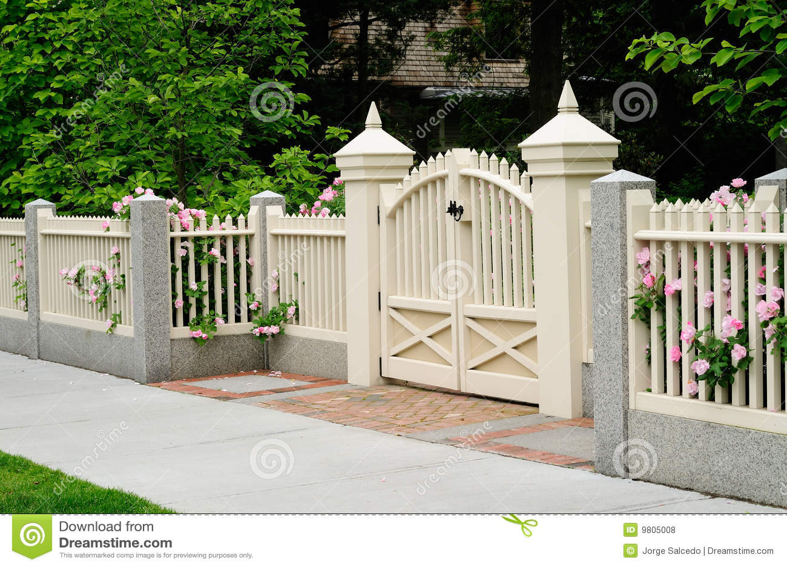 picket fence ideas pictures - Porta E Cerca Elegantes Na Entrada Da Casa Fotos de Stock