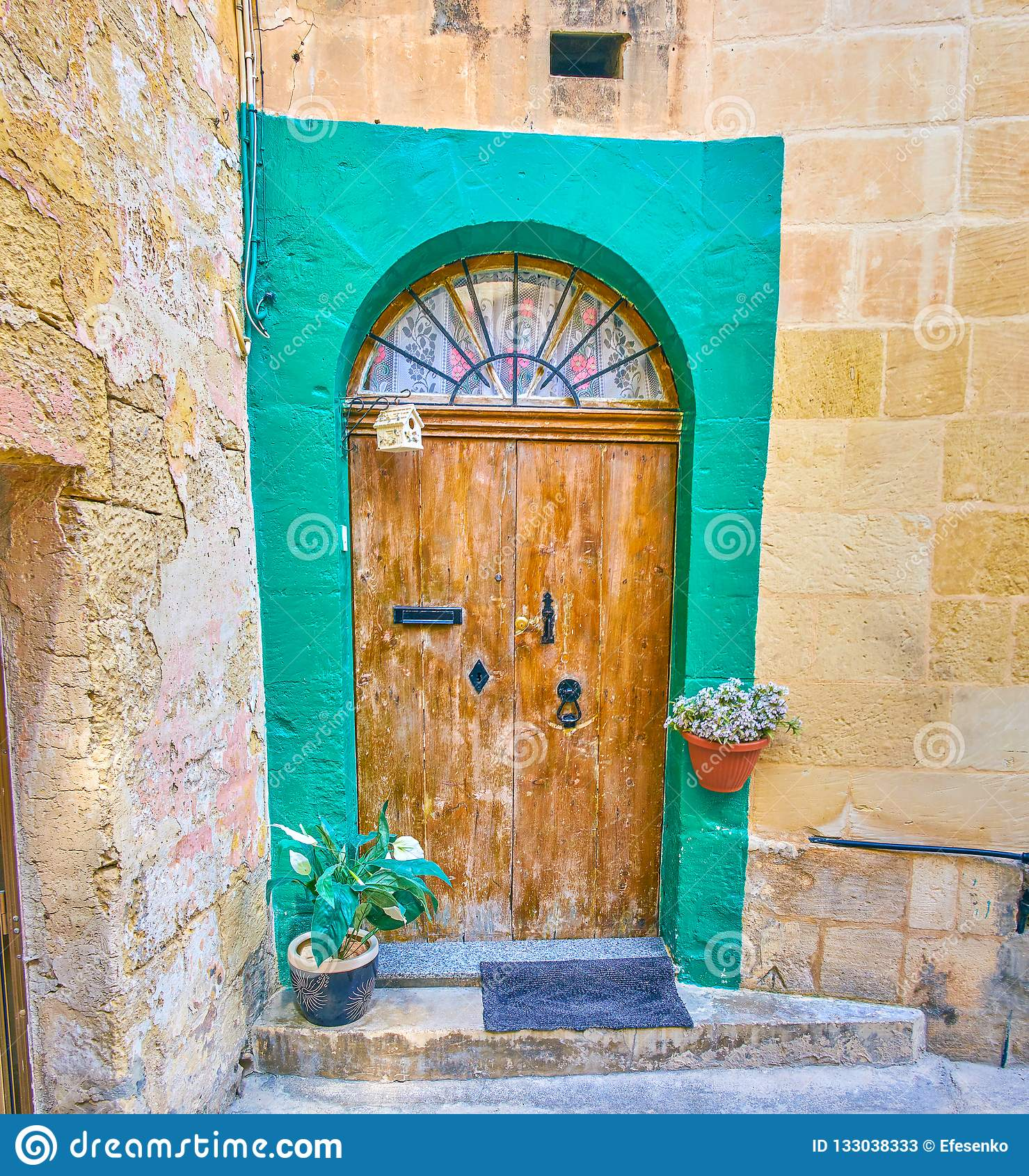 A porta gasto na cidade velha de Mosta, Malta