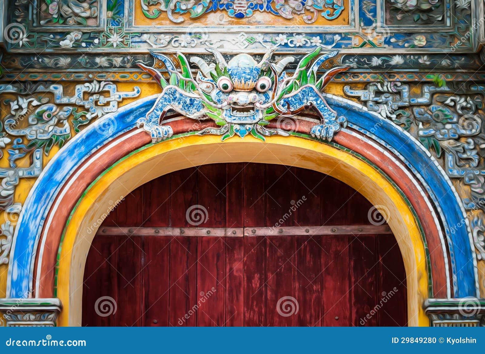 Porta da cidade em Vietnam com teste padrão do dragão.