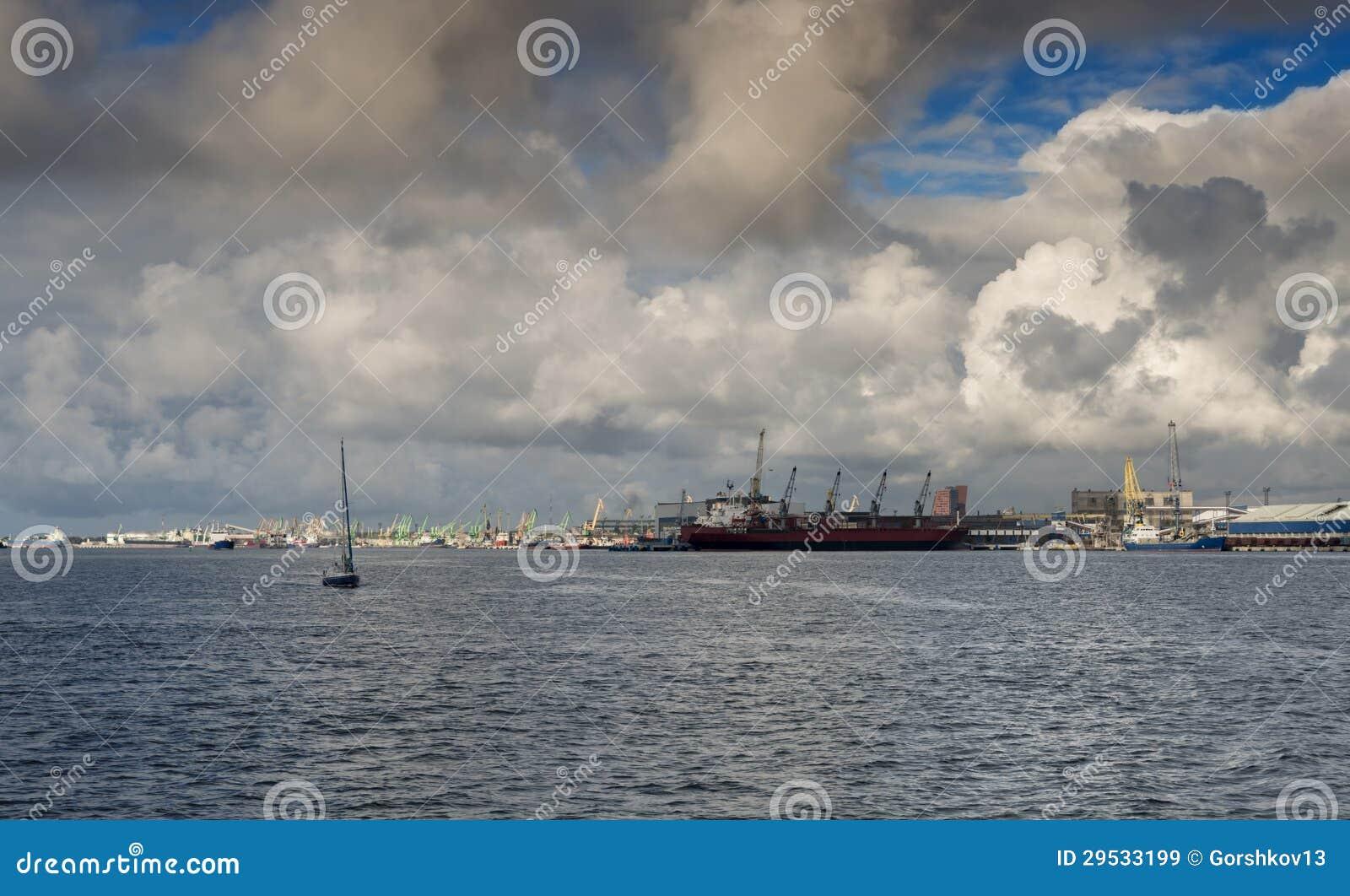 Porta marinha da carga em Klaipeda, Lithuania