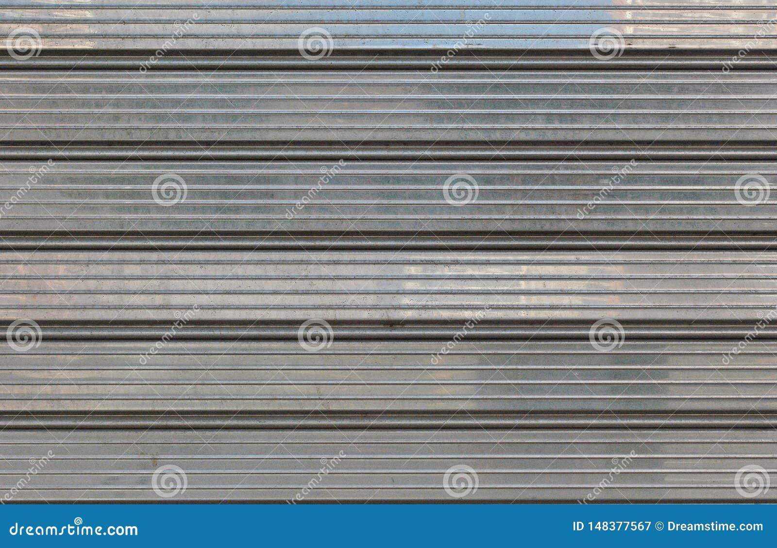Porta metálica cinzenta para fundos, polimento da garagem