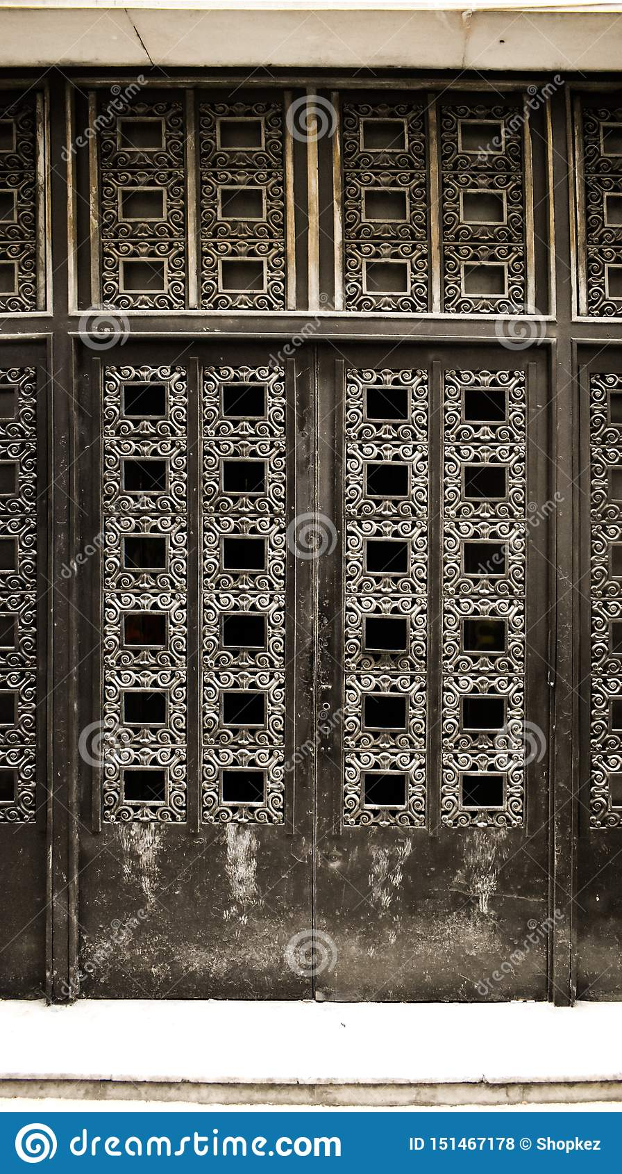 Porta nera del vecchio ferro chiusa a chiave con i dettagli antichi Entrata principale chiusa invecchiata alla costruzione barroc