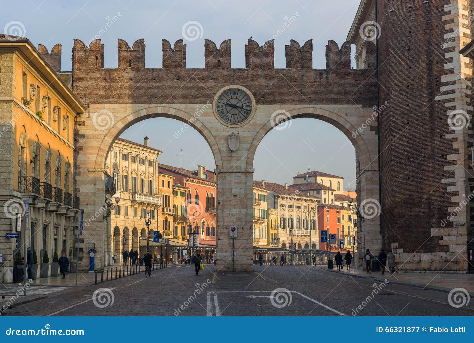 Porta nuova a verona fotografia editoriale immagine di - Mezzi pubblici verona porta nuova ...