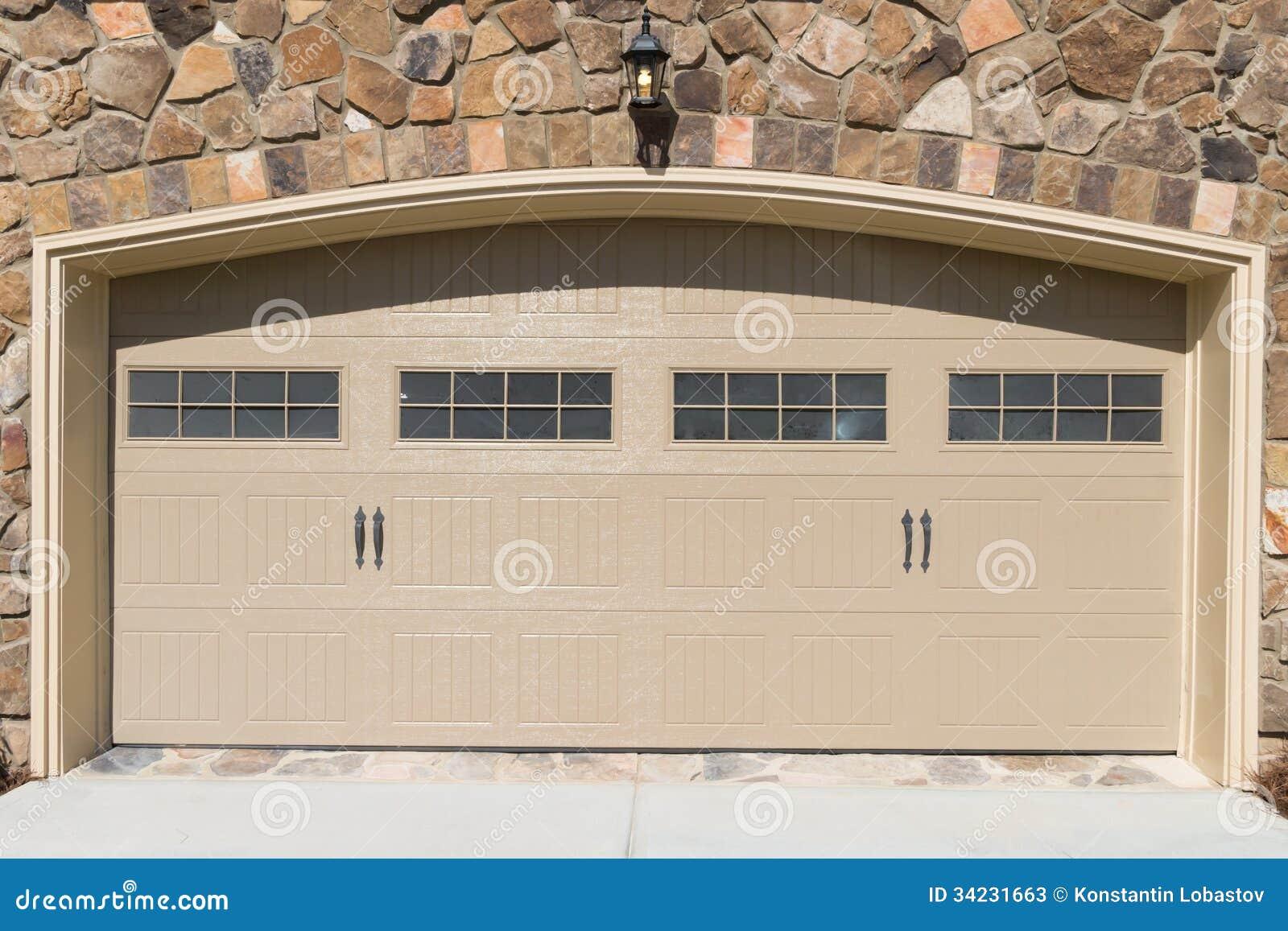 Porta residenziale del garage della casa fotografie stock for Planimetrie della casa del garage