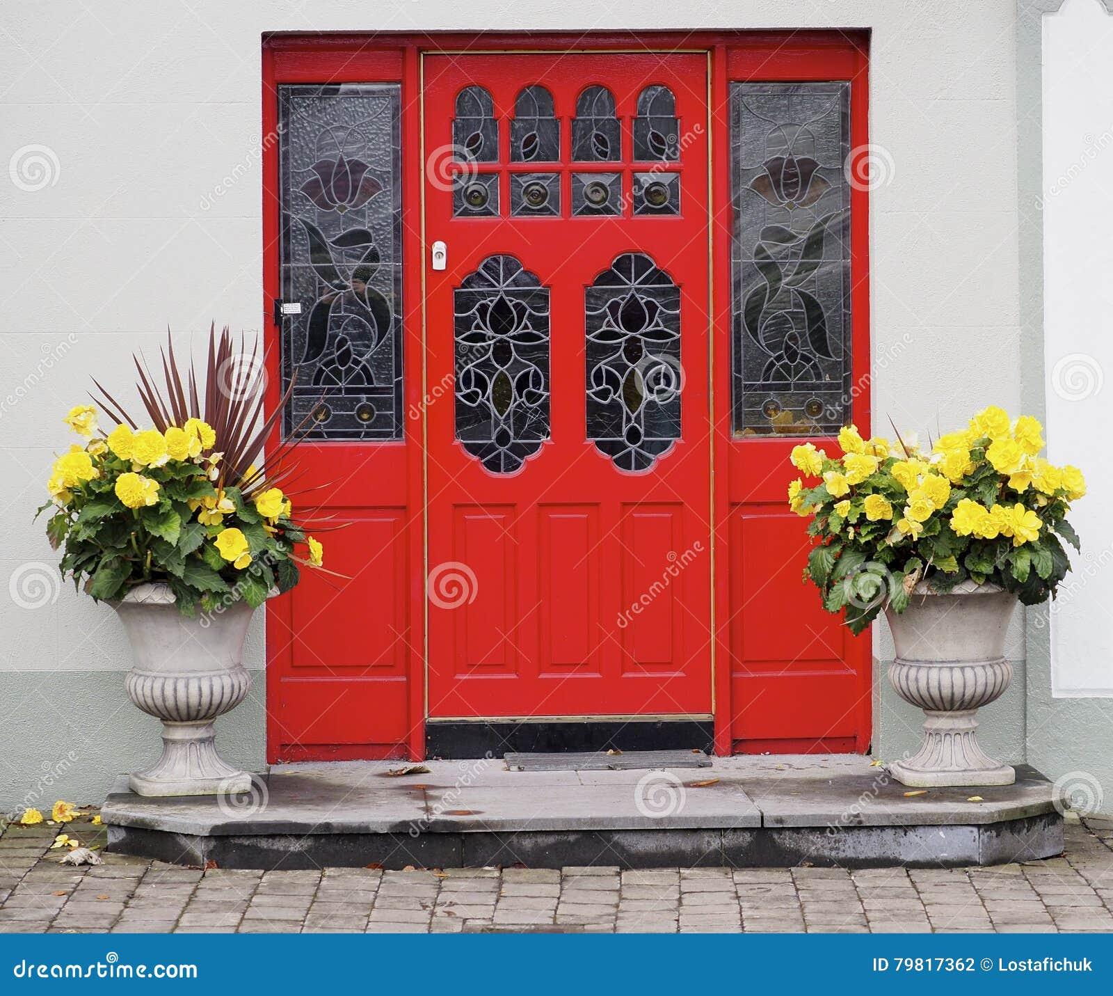 Fiori Gialli Irlanda.Porta Rossa E Fiori Gialli In Irlanda Fotografia Stock Immagine