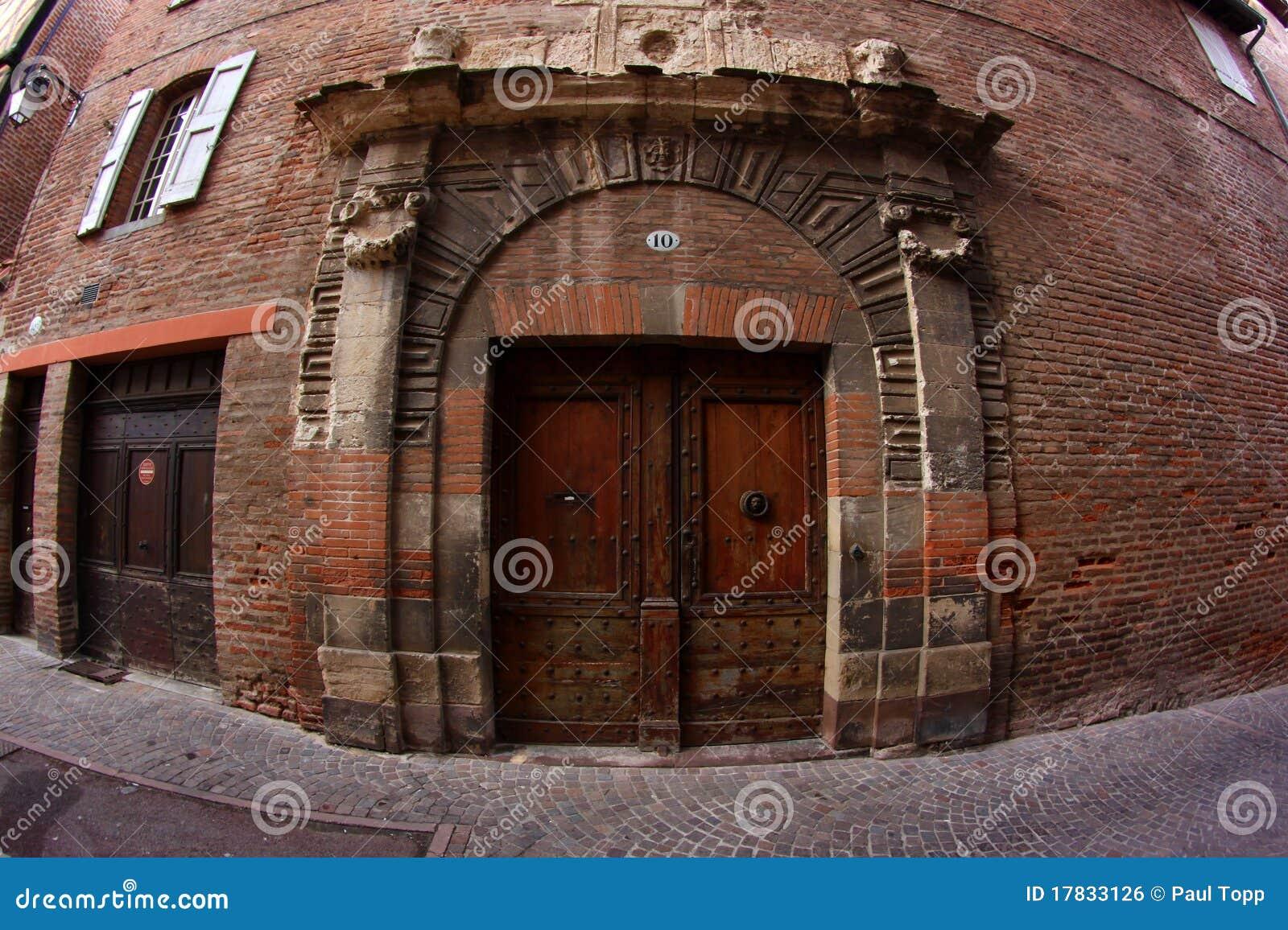 Porta velha em um edifício de tijolo