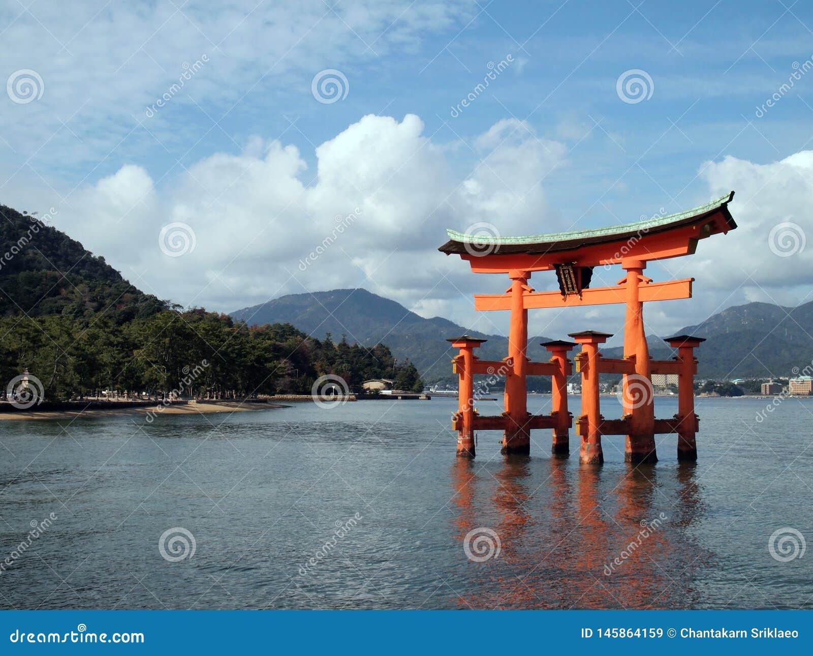 Porta vermelha de flutuação dos toros-eu do santuário de Itsukushima