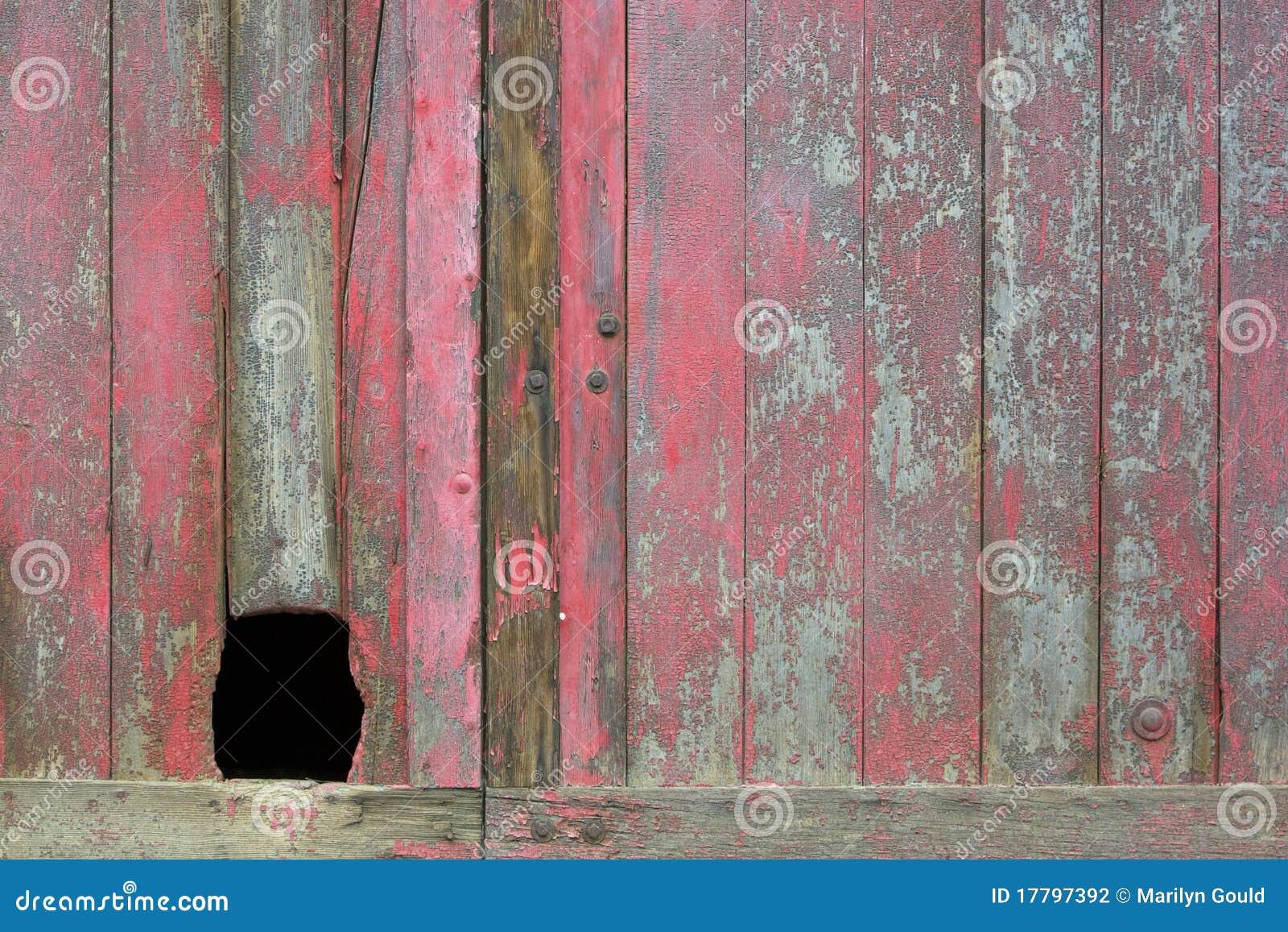 Porta vermelha velha com furo
