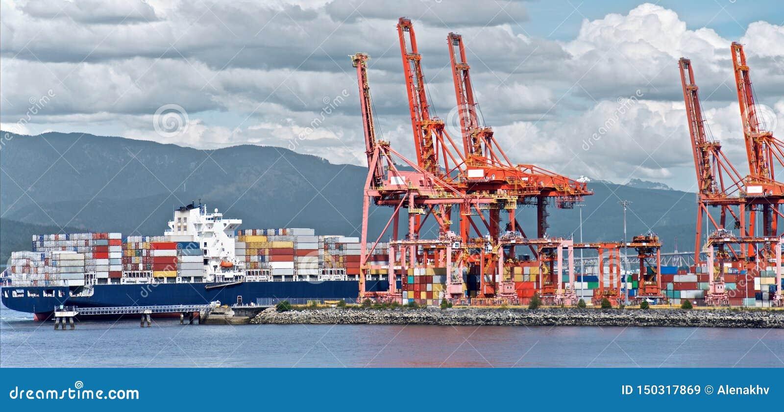 Portacontenedores descarga en el puerto de Vancouver,
