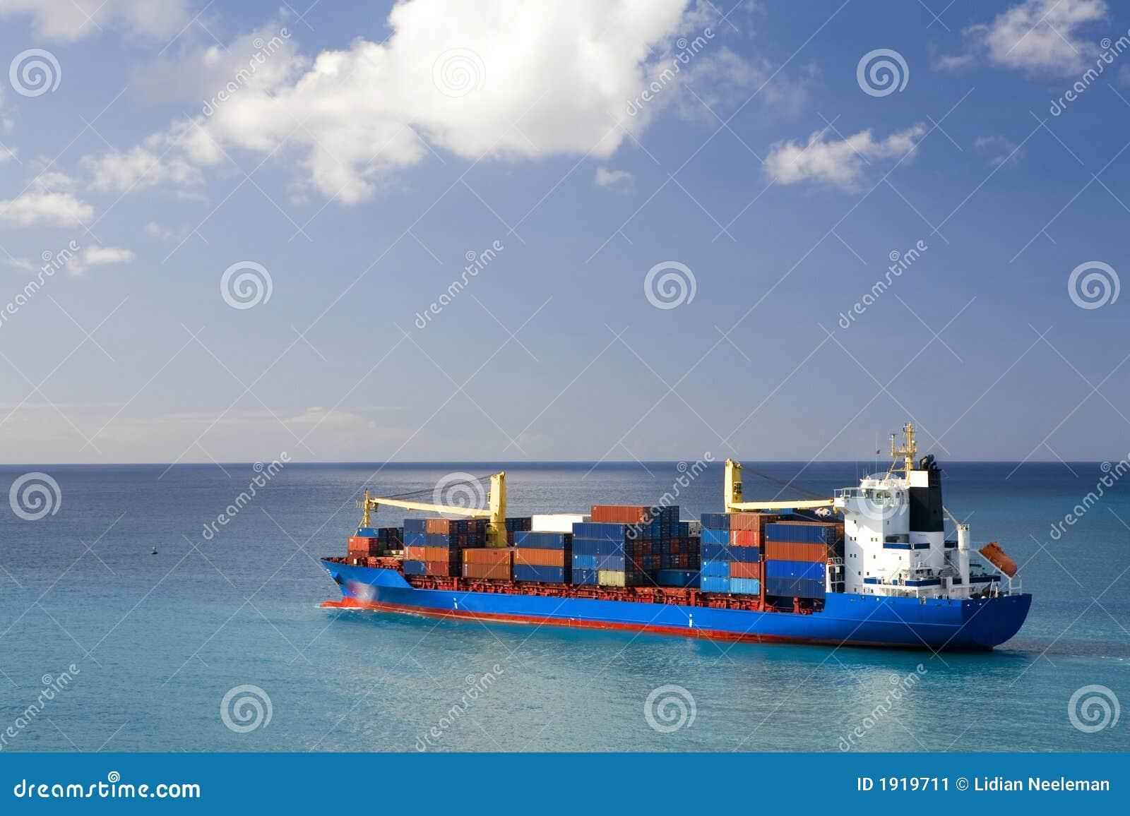 Portacontenedores en el mar abierto