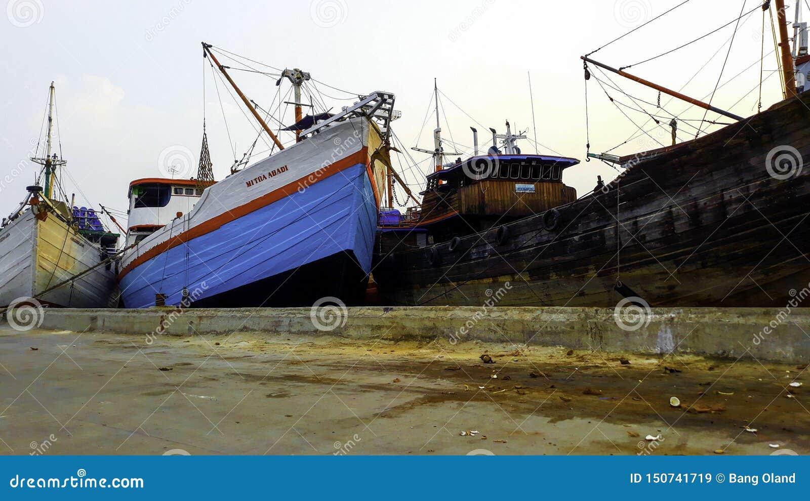 Portacontenedores en la exportación y el negocio y la logística de importación Entrega del cargo al puerto con una grúa En el pue
