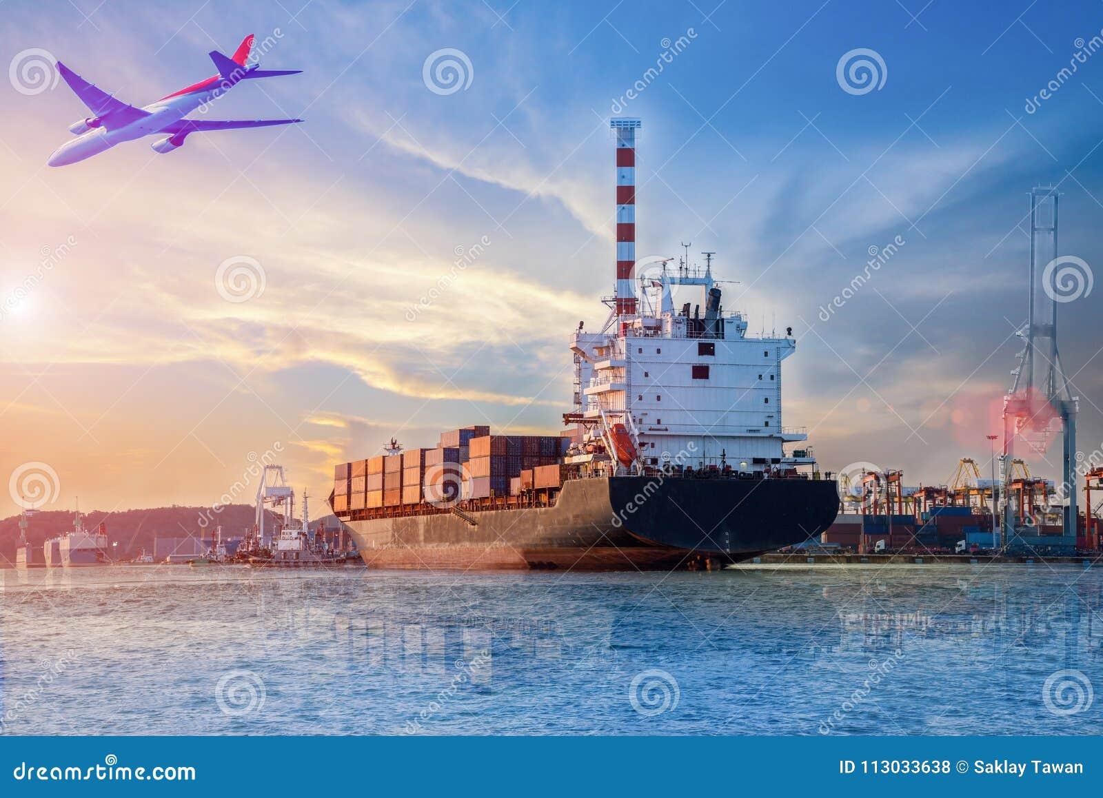 Portacontenedores en puerto