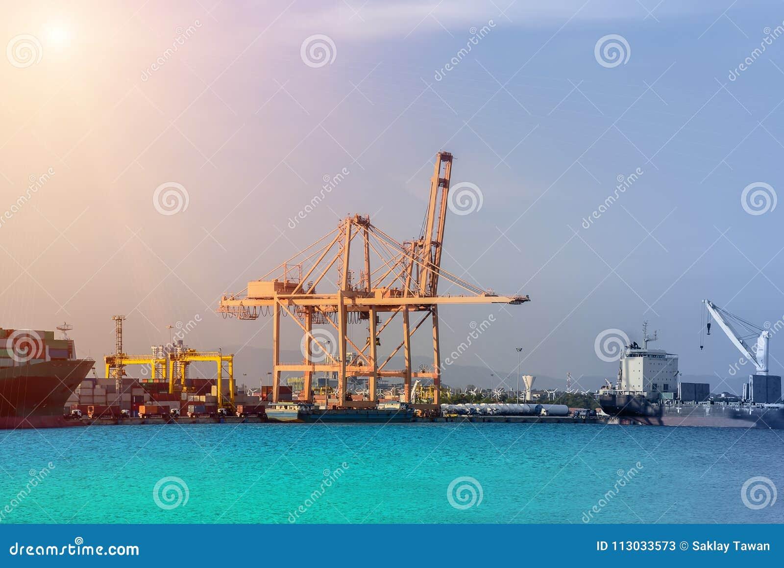 Portacontenedores Trasportation en puerto