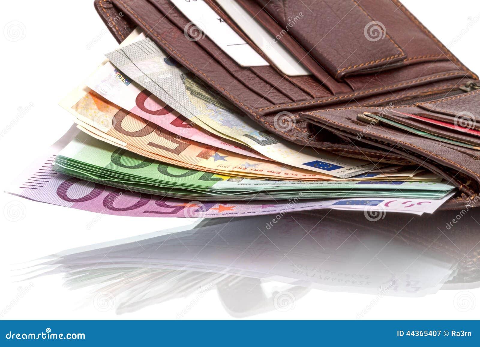 Portafoglio con le euro banconote su bianco