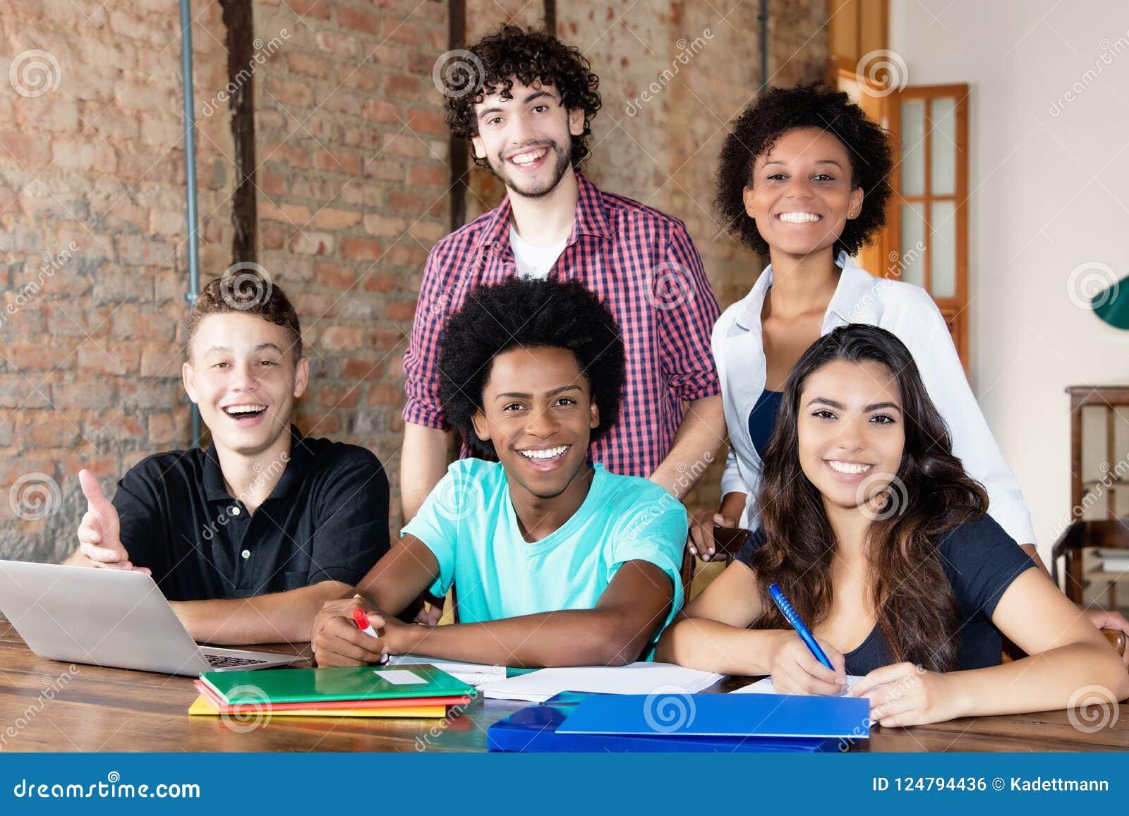 Portait de estudiantes internacionales en la universidad
