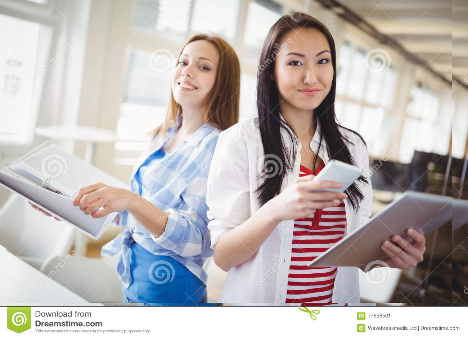 Portait dei fascicoli aziendali e del telefono cellulare for Camera dei deputati telefono