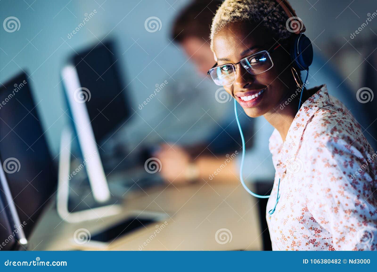 Portait van softwareontwerper het werken in bureau