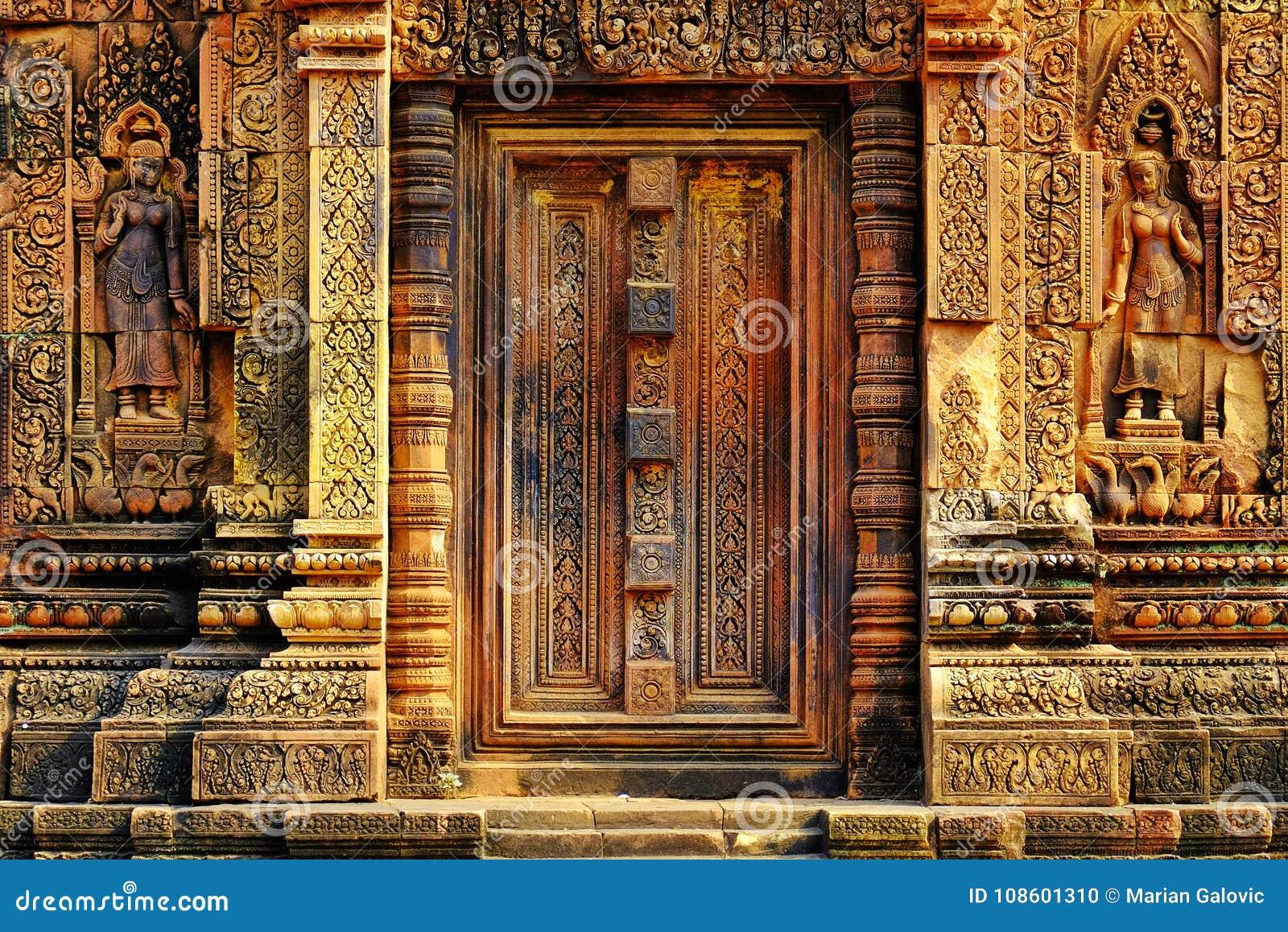 Portal complejo tallado de la puerta en el templo de Banteay Srei en Camboya