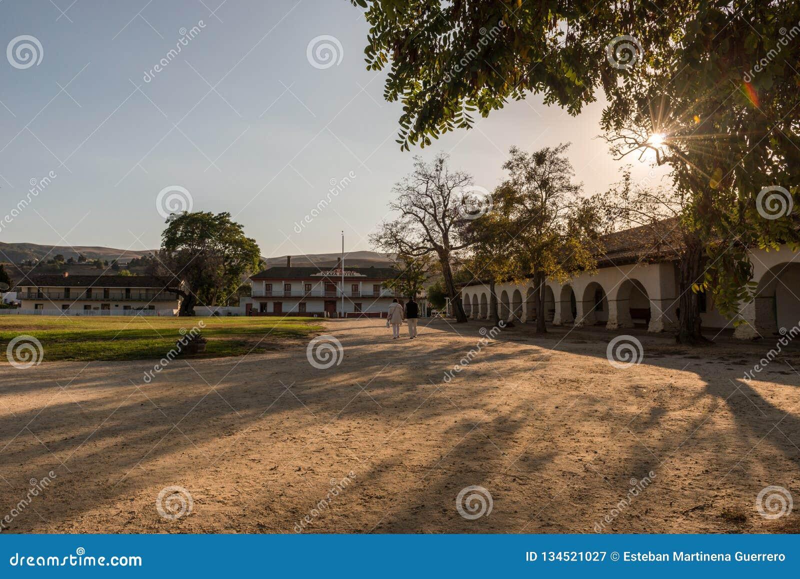 Portalen van de Opdracht en het Pleinvierkant in San Juan Bautista, Californië, de V.S.