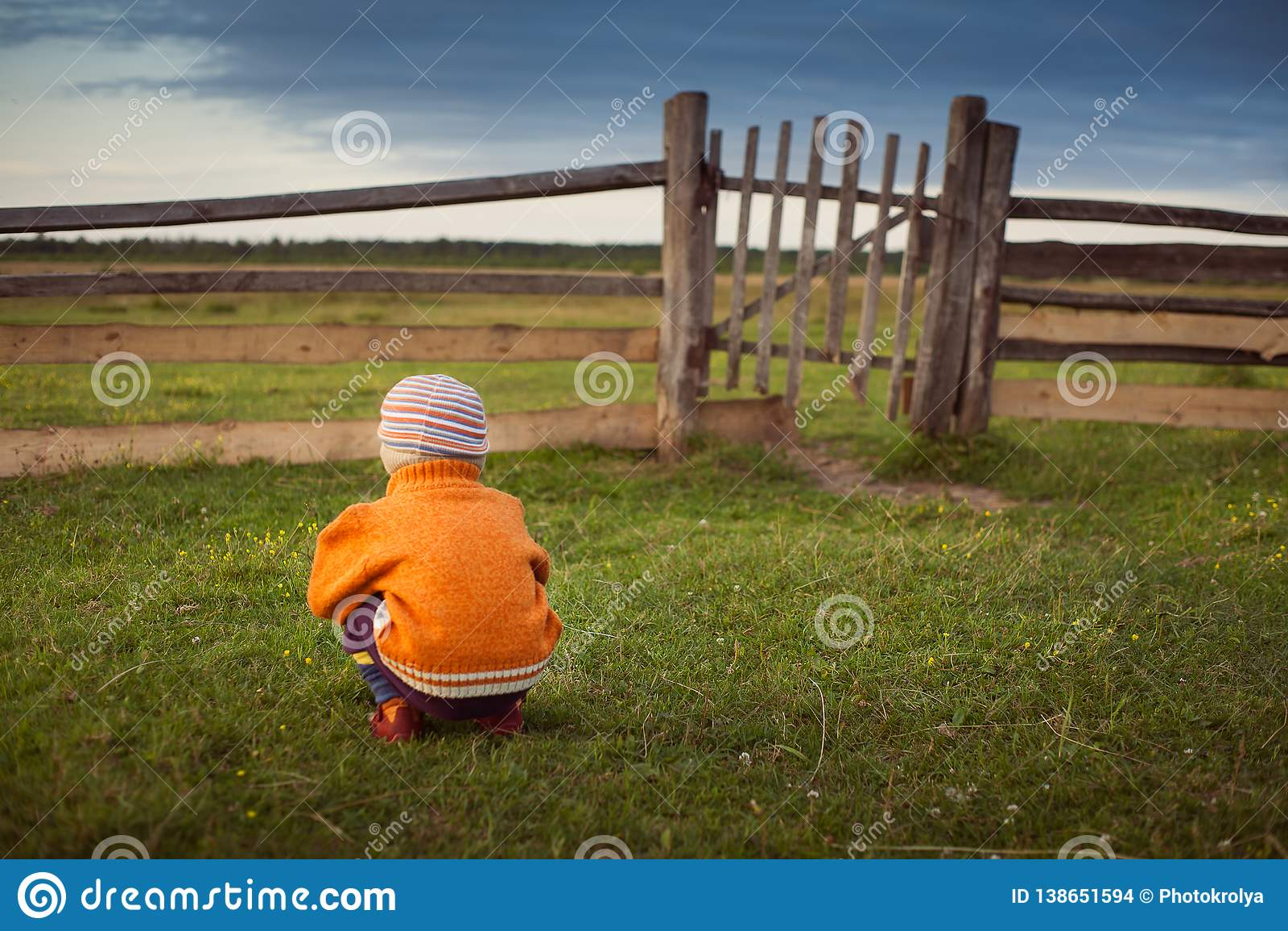 Portar för öppning för litet barn gamla Att närma sig för storm