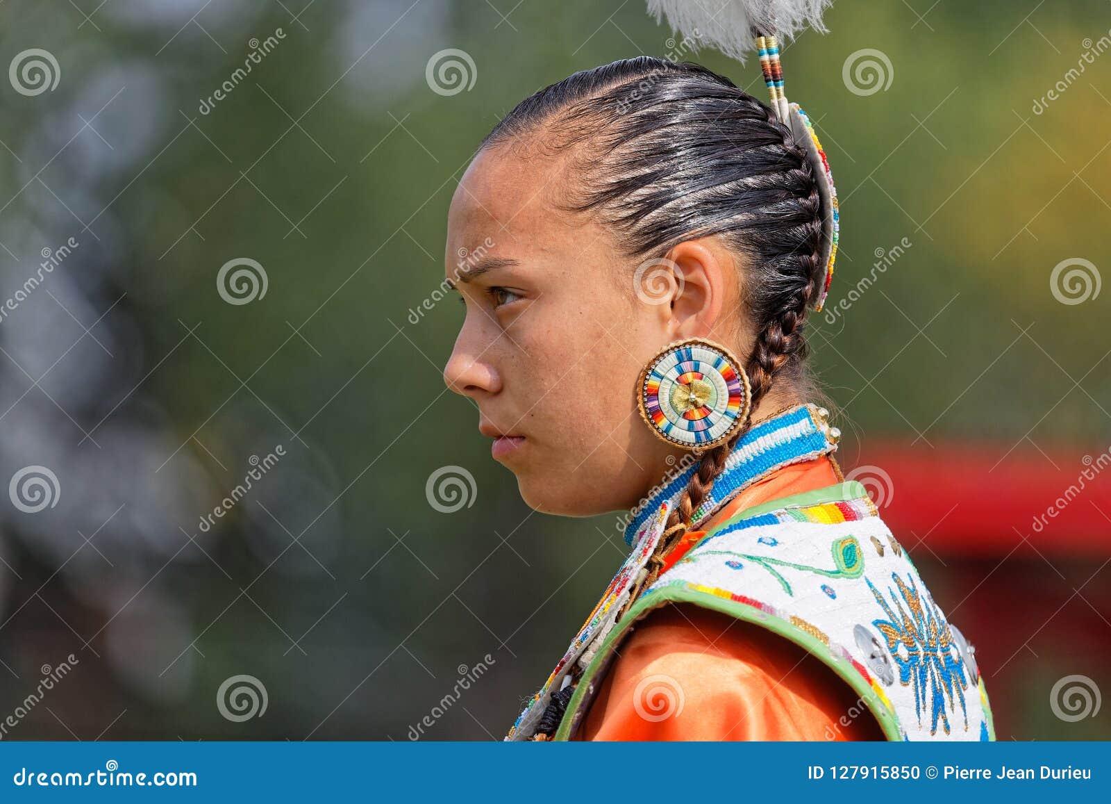 Portarit d une danseuse de femme du quarante-neuvième annuaire a uni le prisonnier de guerre wow de tribus en Bismark