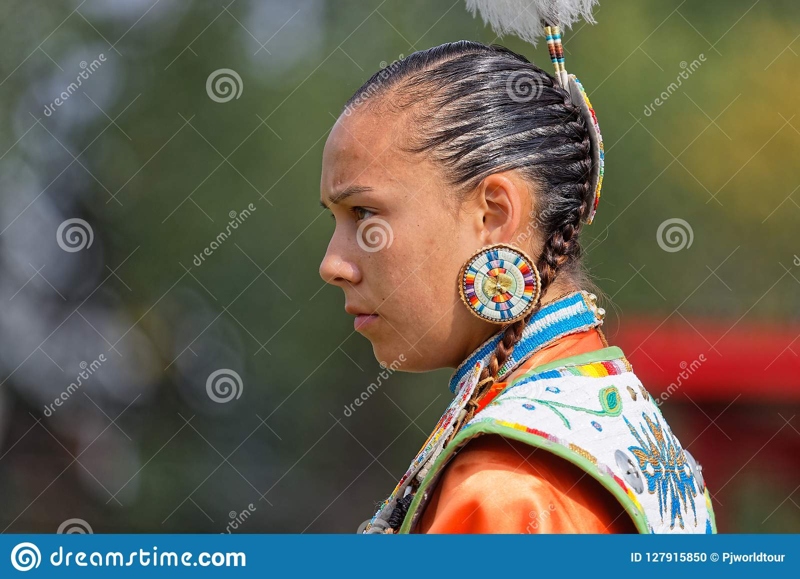 Portarit kobieta tancerz 49th roczny Zlany plemienia Pow no! no! w Bismark