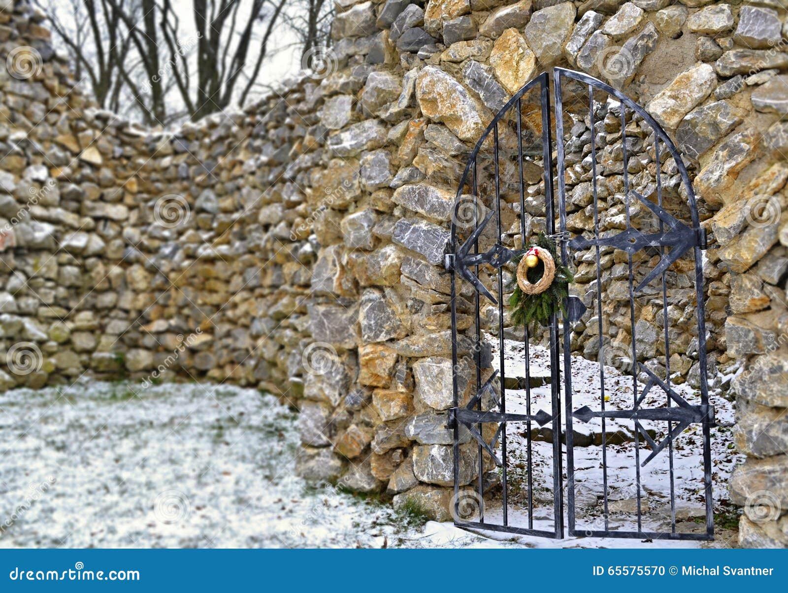 Portas de aço fechados na parede rochoso