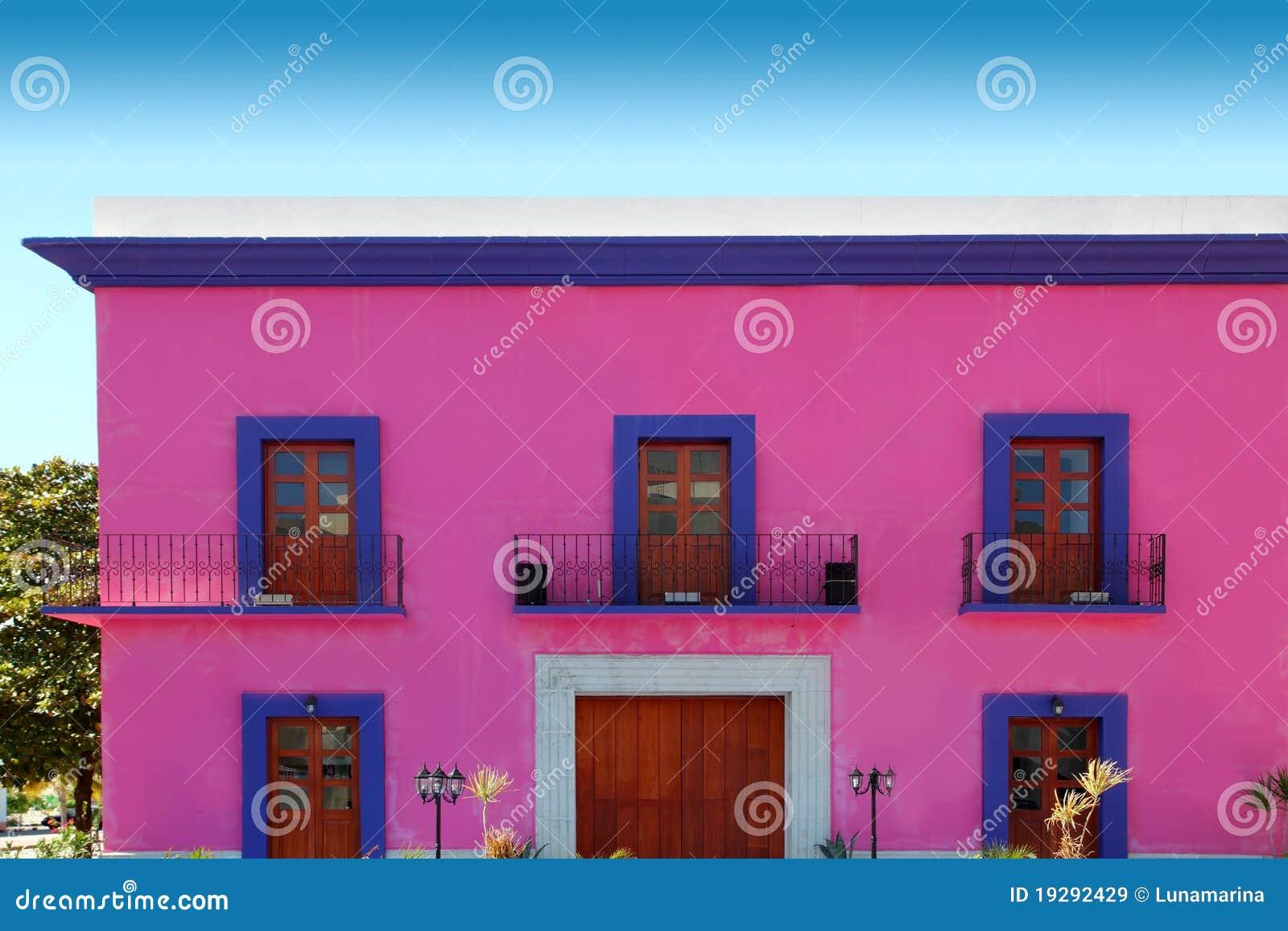 Portas de madeira da fachada cor de rosa mexicana da casa - Colores para fachadas ...