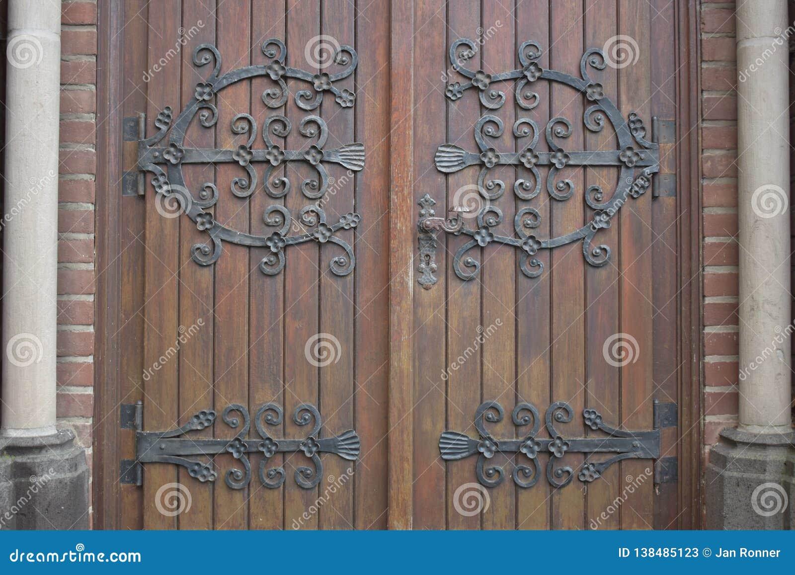 Portas de madeira da igreja