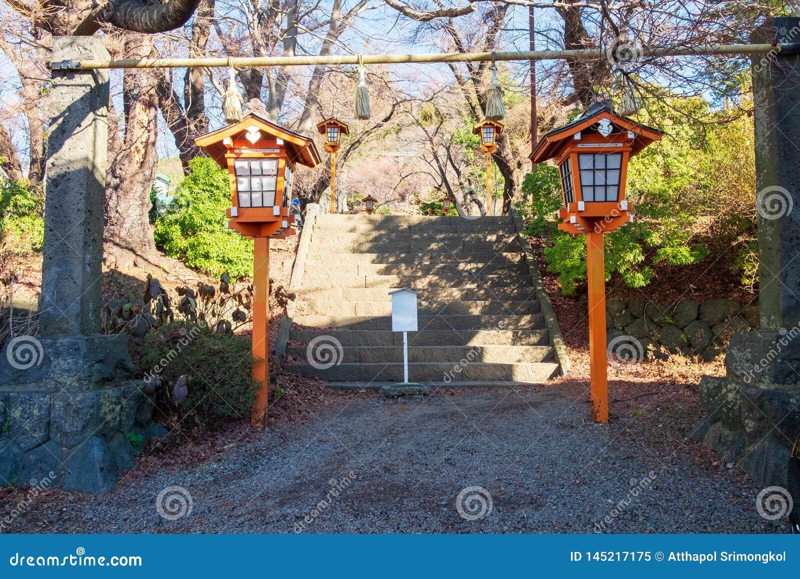 Portas e escadas na entrada antes de ir encontrar o pagode de Chureito