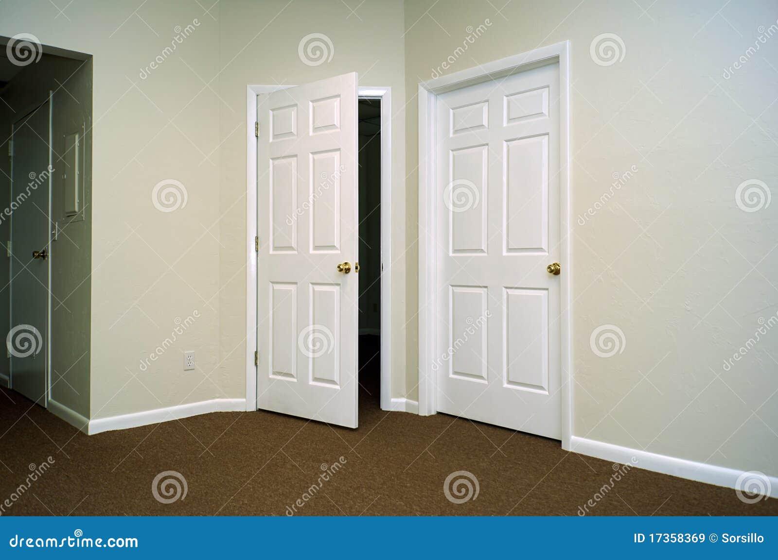 Portas interiores imagens de stock royalty free imagem for Puertas que abren hacia afuera