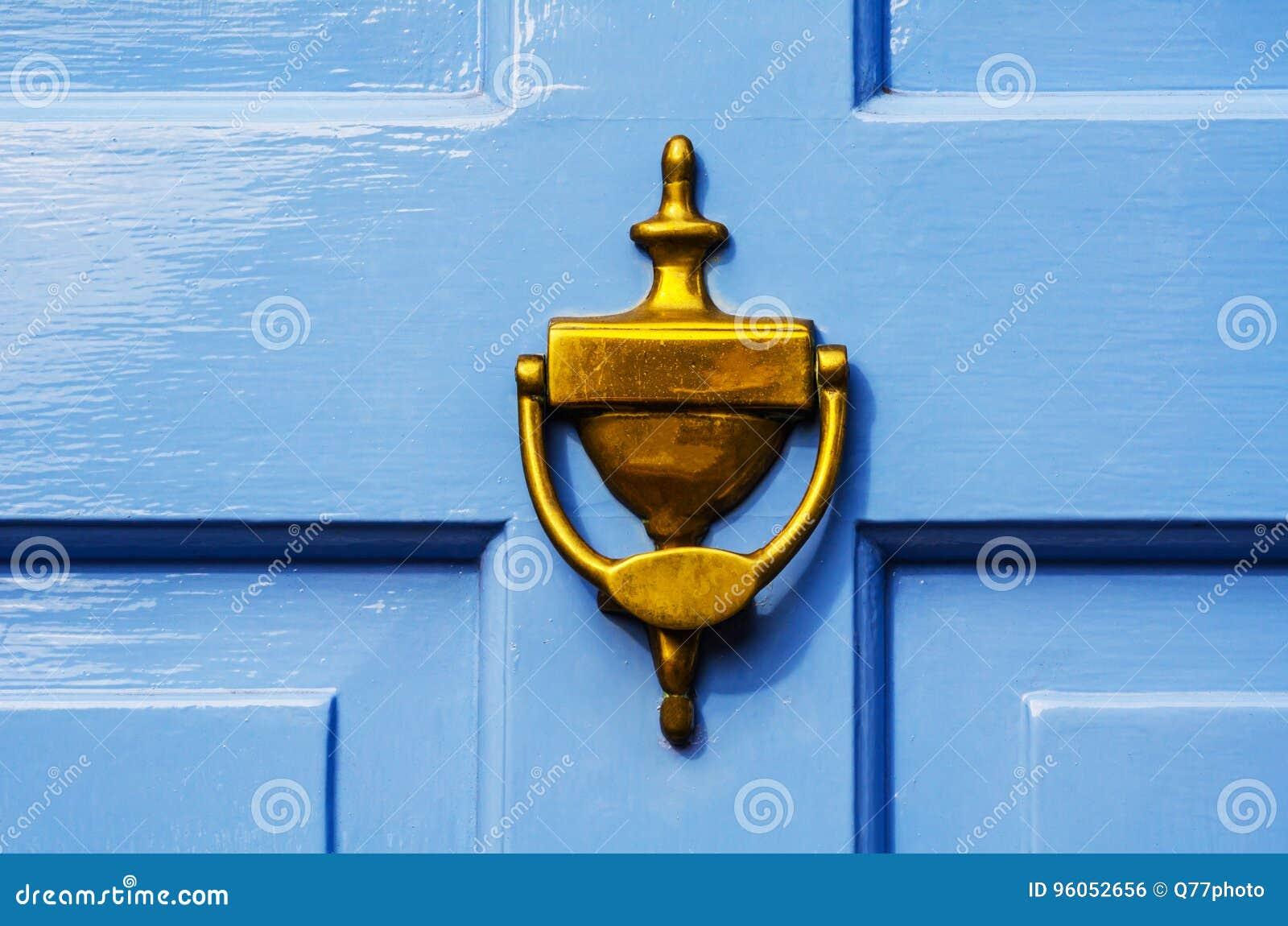 Porte avec le heurtoir en laiton sous forme de main, bel entran