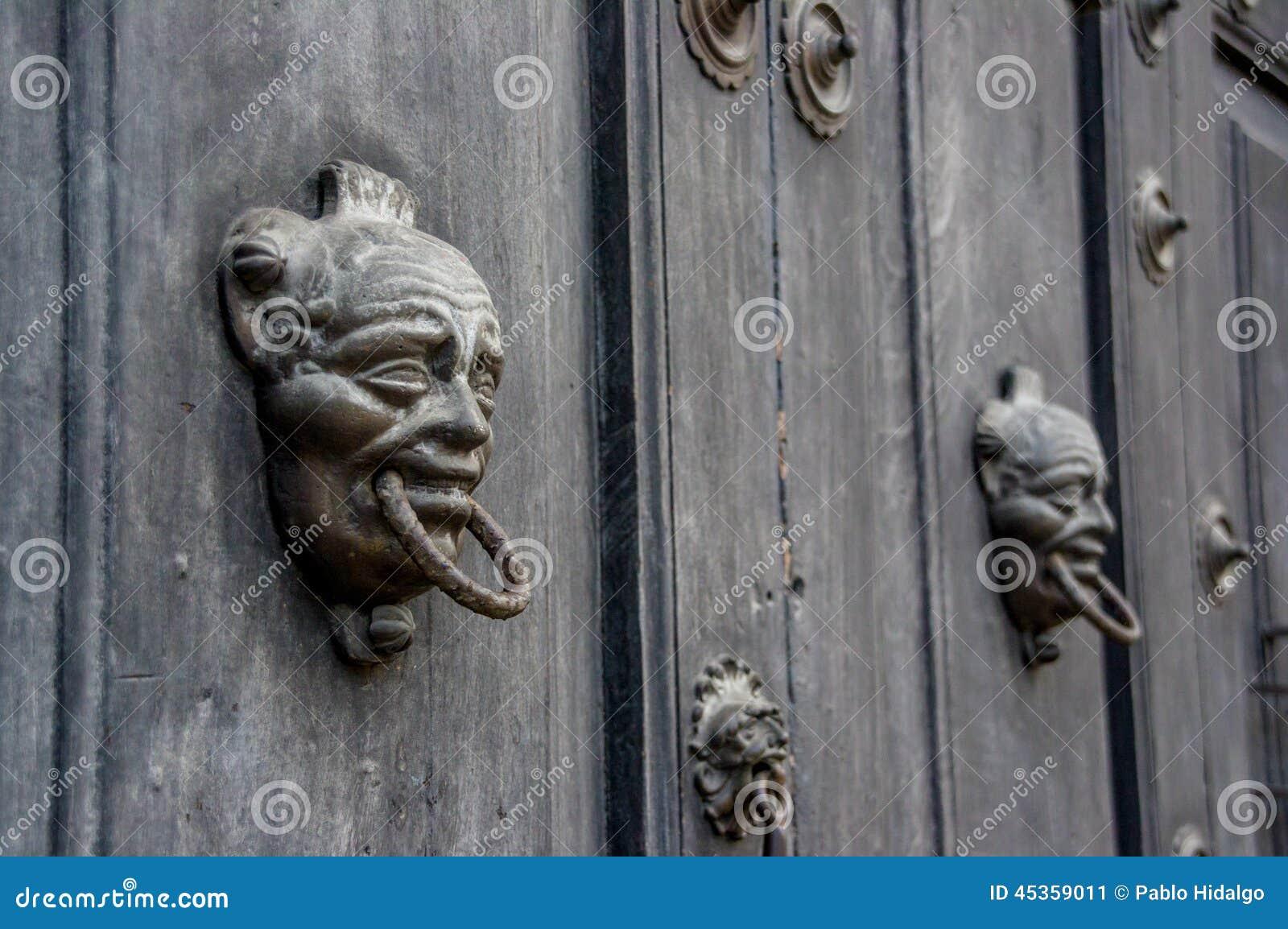 Porte baroque en bois à l Antigua Guatemala