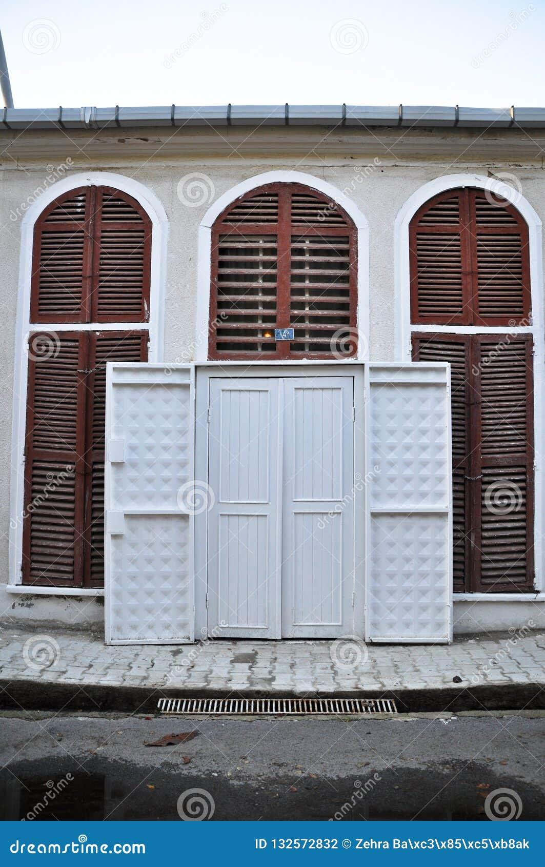 Porte blanche en bois d une villa
