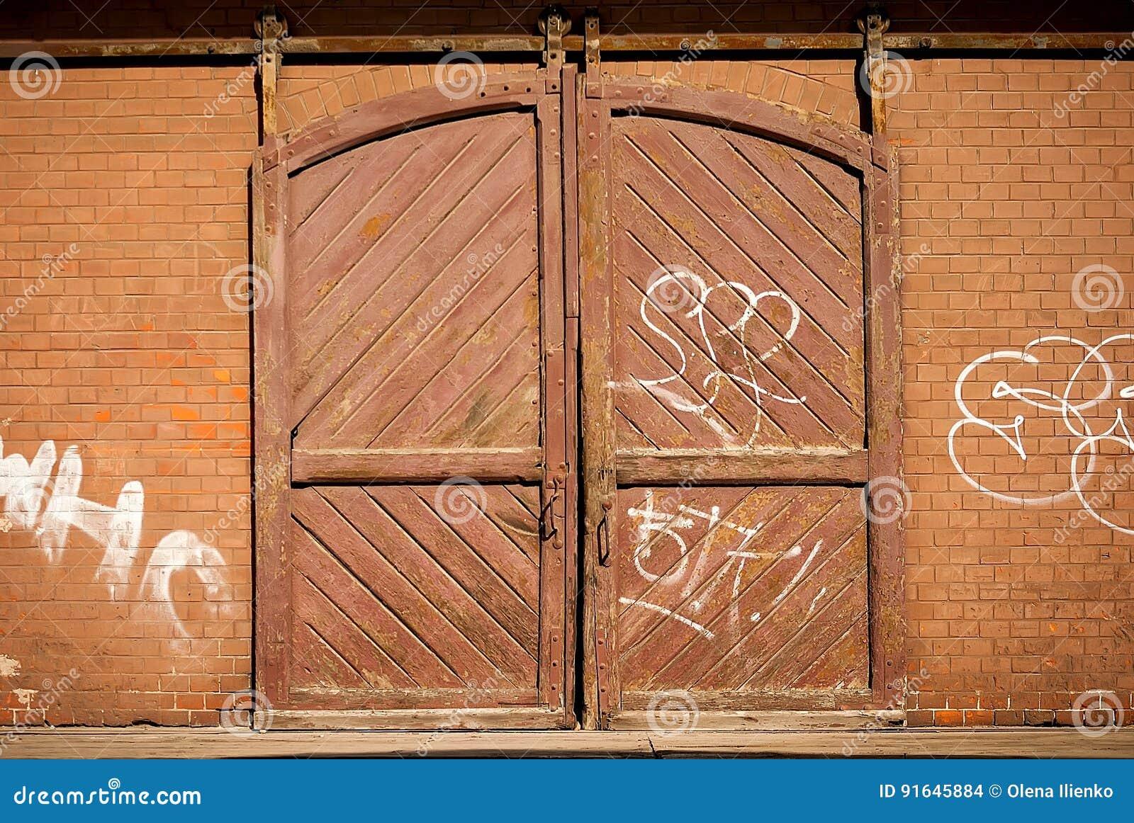 Vieille Porte En Bois Coulissante porte coulissante en bois photo stock. image du abstrait