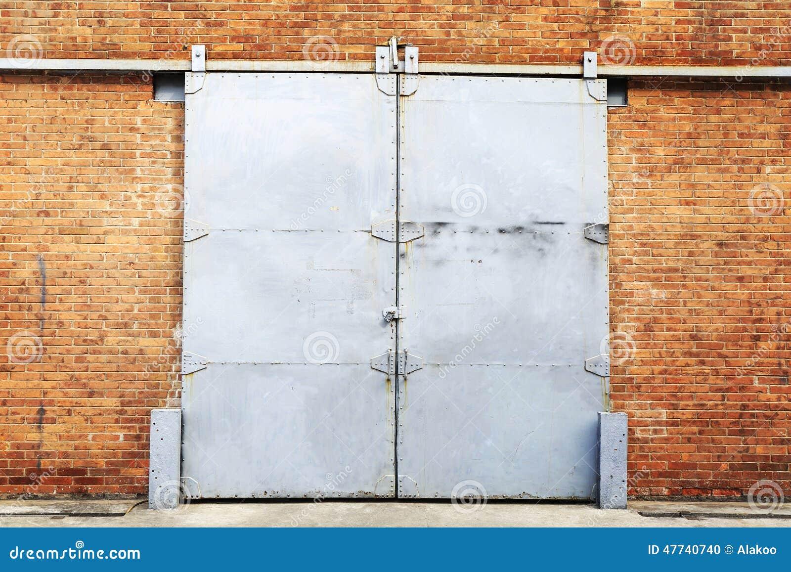 Porte coulissante en m tal dans le mur de briques photo stock image 47740740 - Porte coulissante metal ...