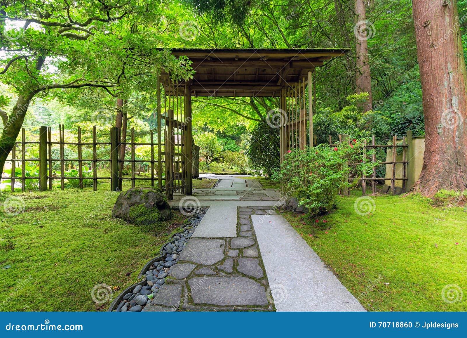 Porte Couverte Au Jardin Japonais Photo stock - Image ...