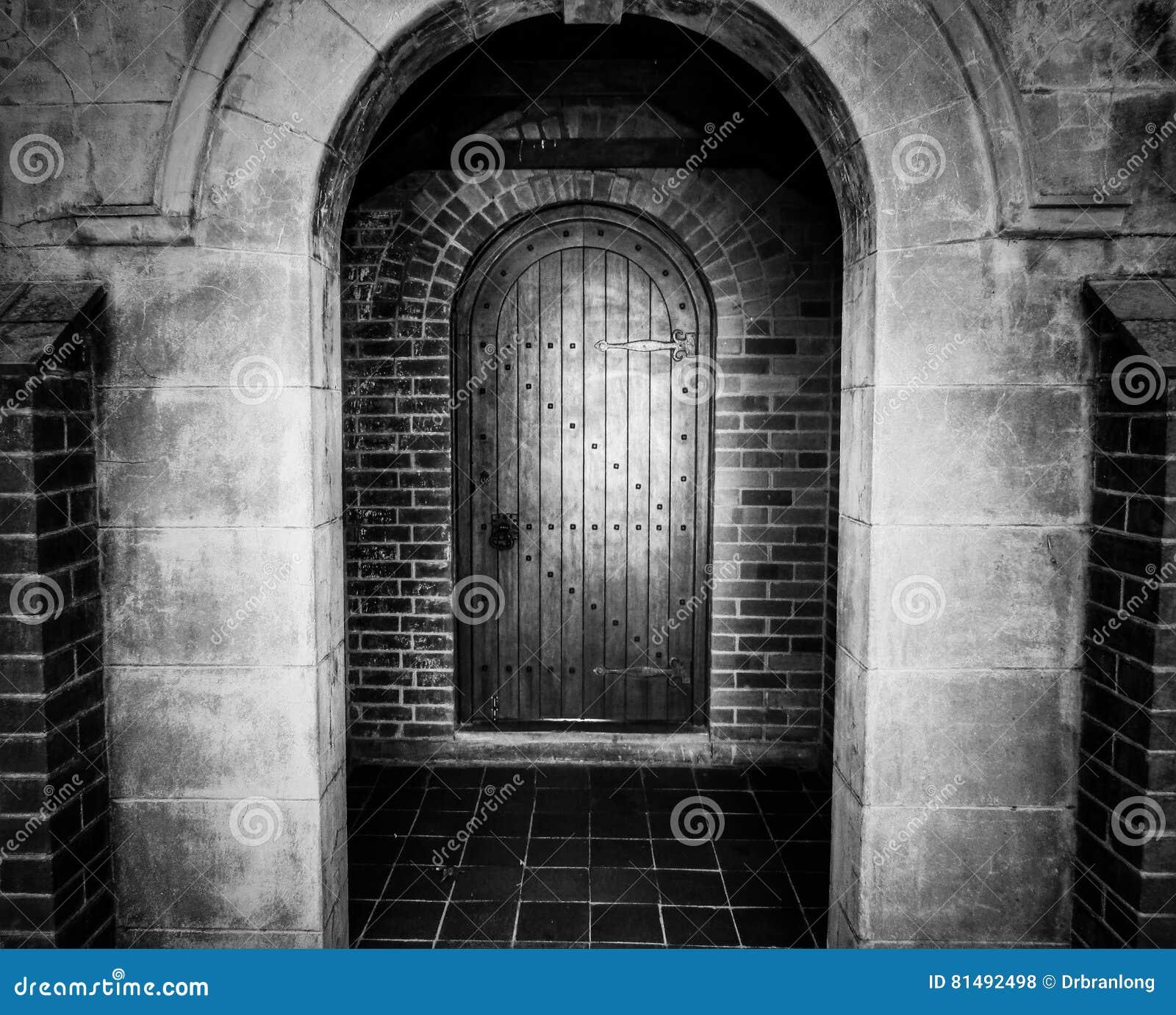 Entrée Noir Et Blanc porte d'entrée avec la voûte en noir et blanc photo stock