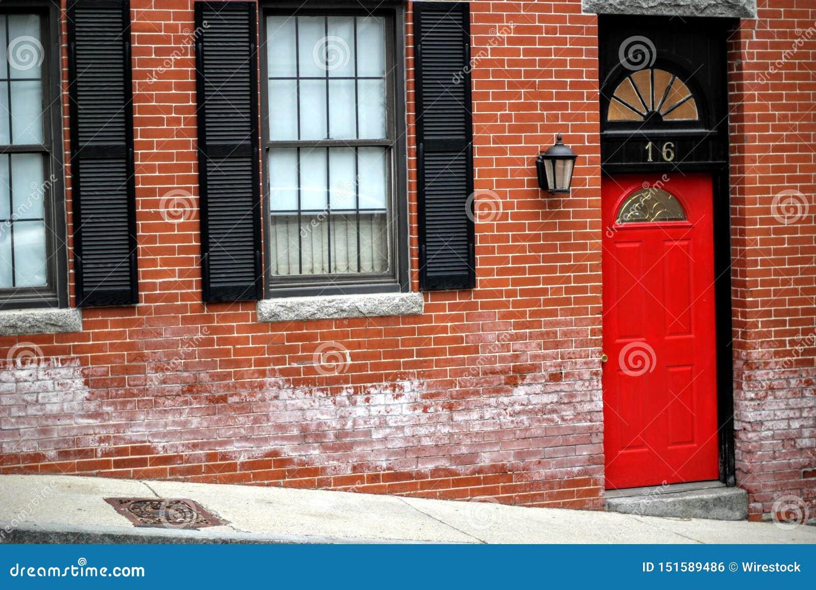 Porte D Entrée Rouge porte d'entrée rouge à une apparence d'immeuble de brique
