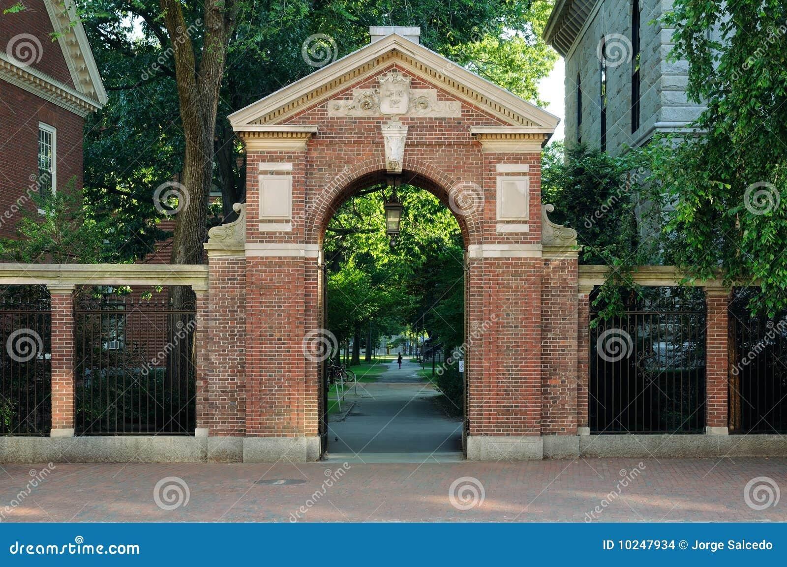 Porte d 39 entr e la cour de harvard images stock image for Porte de cour