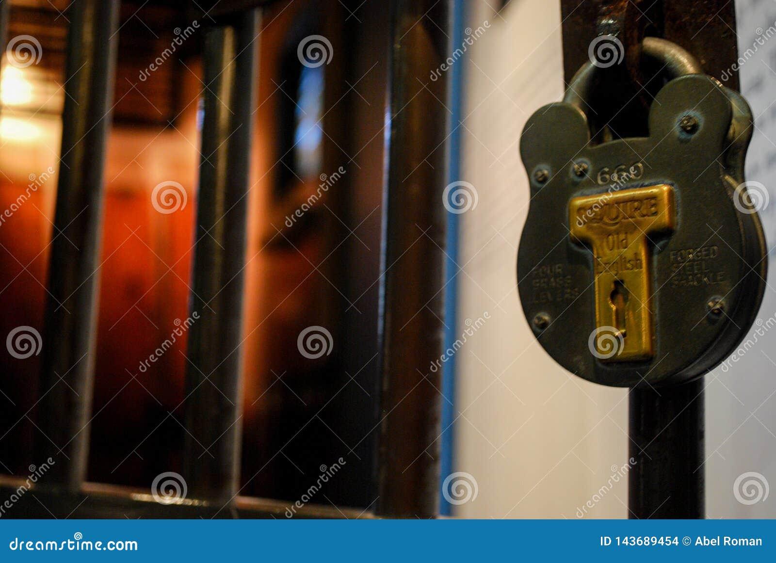 Porte d une cellule en vieille prison