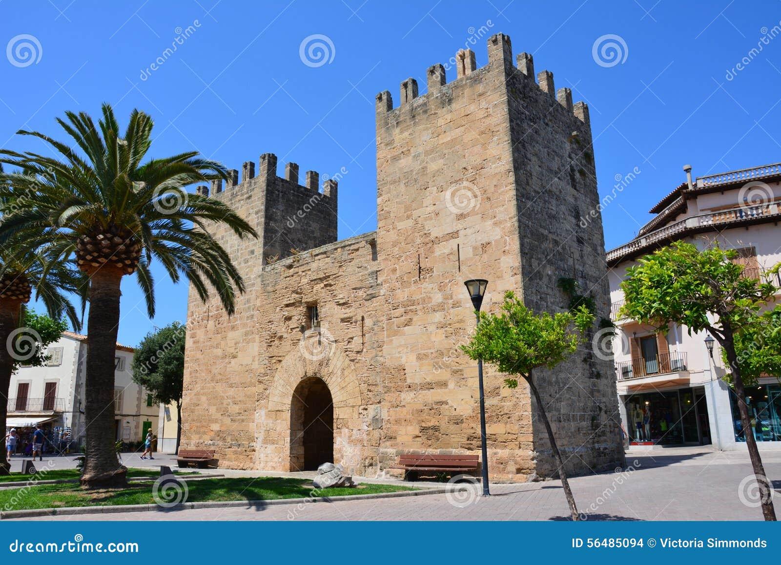 Porte dans la vieille ville d Alcudia