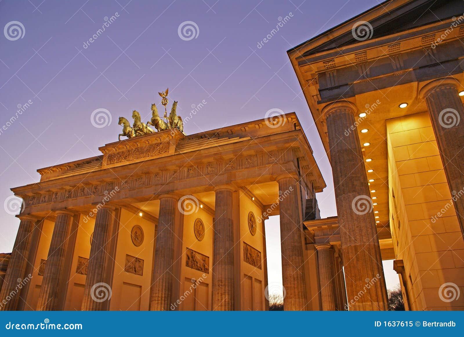 Porte de Brandebourg de Berlin Au nig