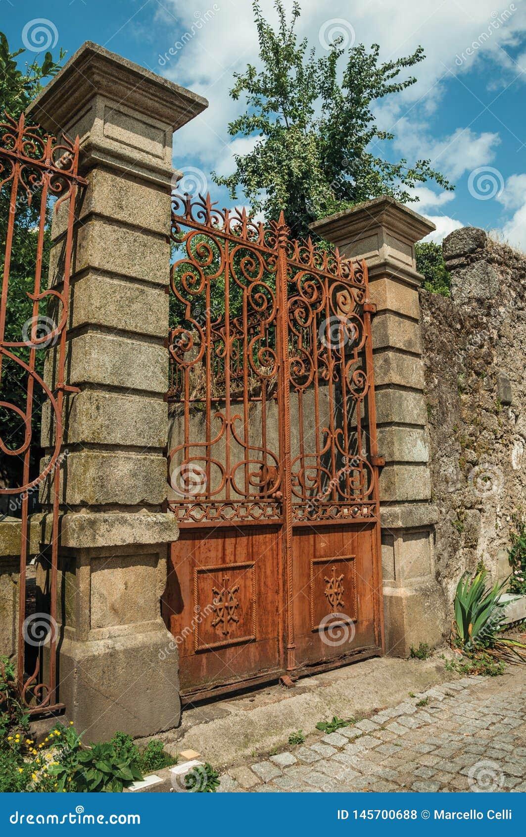 Porte de fer couverte par la rouille devant le vieux manoir