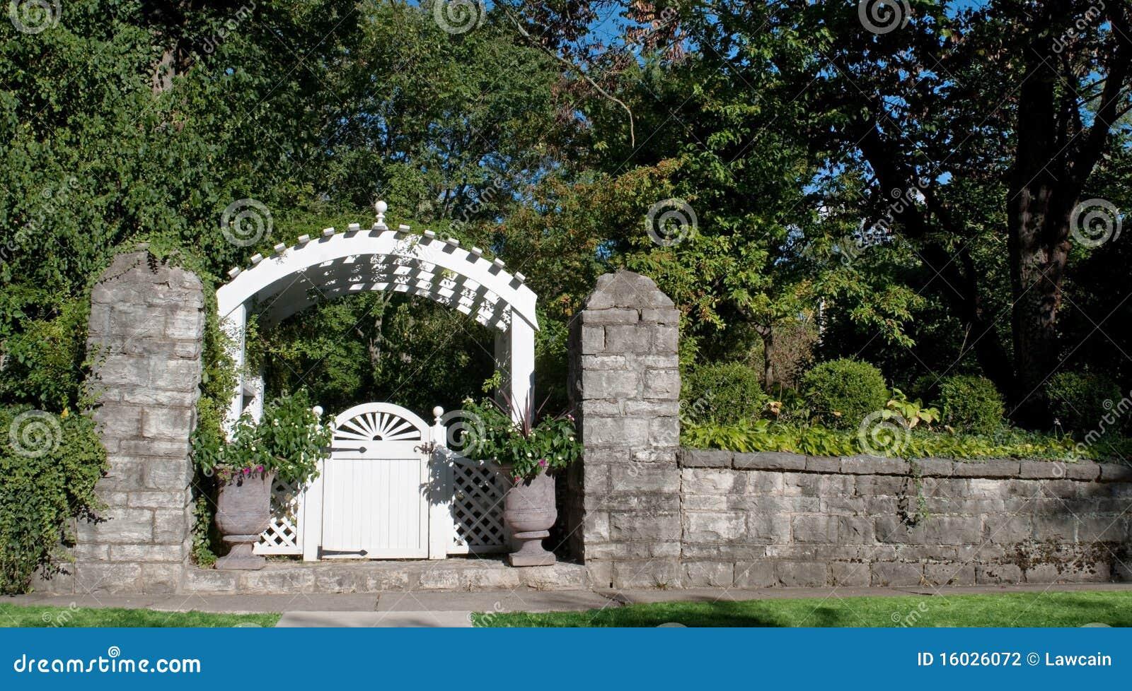 Porte de jardin avec le mur en pierre photo stock image for Prix porte jardin