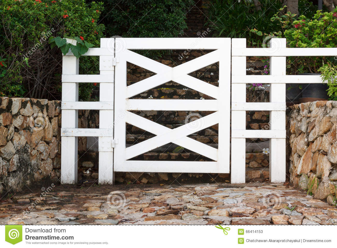 Porte de jardin en bois blanche photo stock image 66414153 for Blanche porte salon de jardin